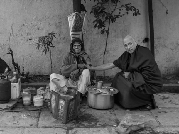 1aGNicholas-Vreeland-with-a-tea-merchant-in-New-Delhi,-India